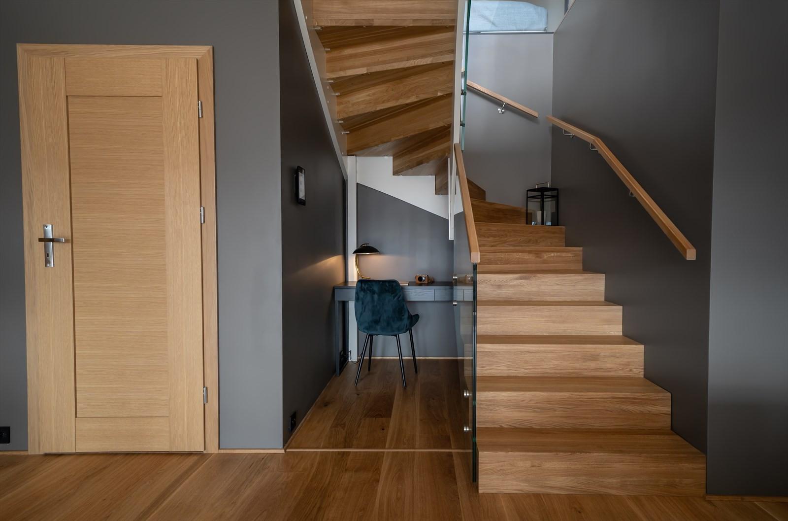 Praktisk løsning med kontorplass under trappen