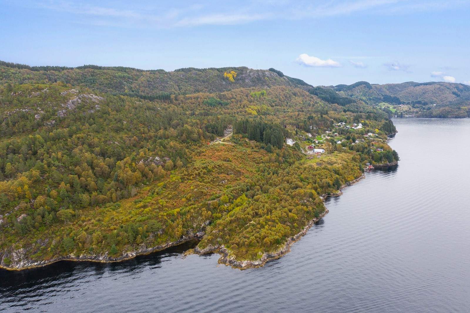 Tomteområdet ligger flott til ved Radsundet i Alver kommune.