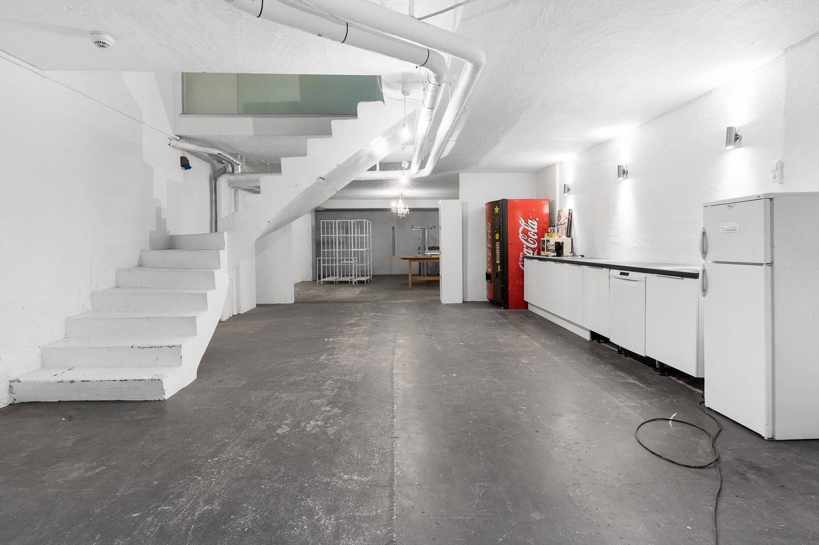 Kjøkken med spiseplass i underetasje. Her kan også tilrettelegges rom for toaletter, dusj m.v.
