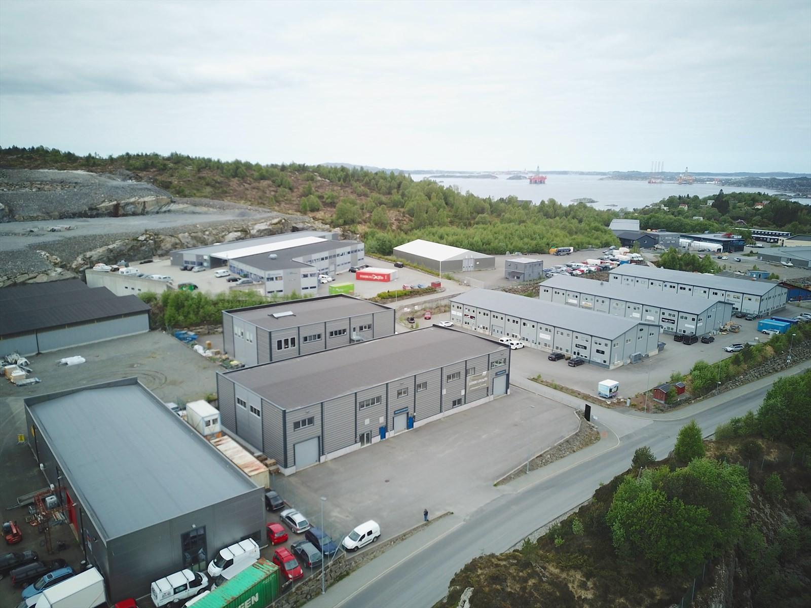 Storebotn 69 ligger lett tilgjengelig ved hovedadkomstveien inn i Storebotn Næringspark.
