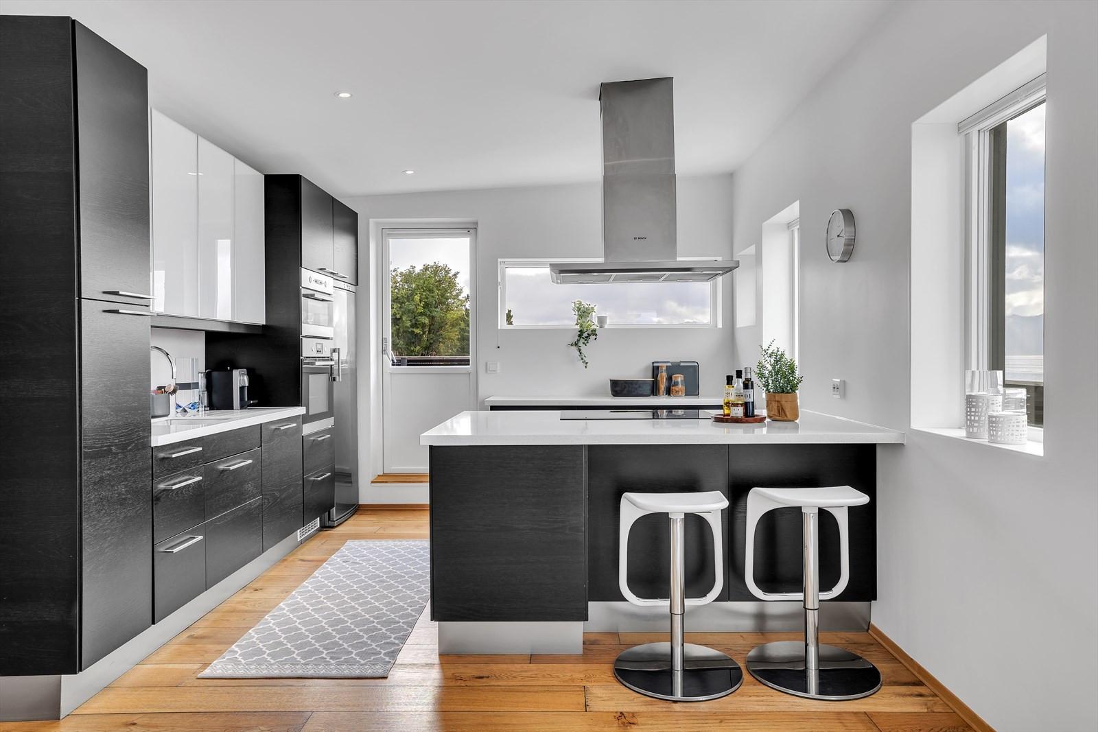 Kjøkken med integrerte hvitevarer og moderne finish