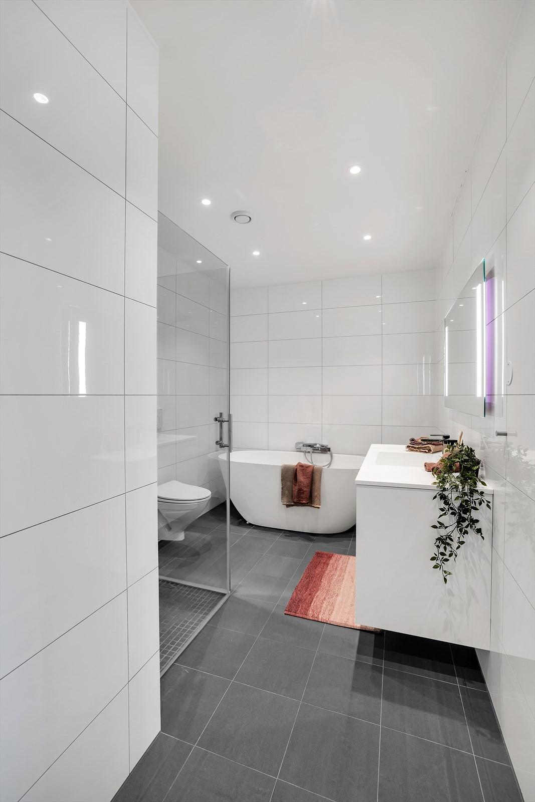 Bad i den midterste etasjen. Komplett flislagt og fine materialer.