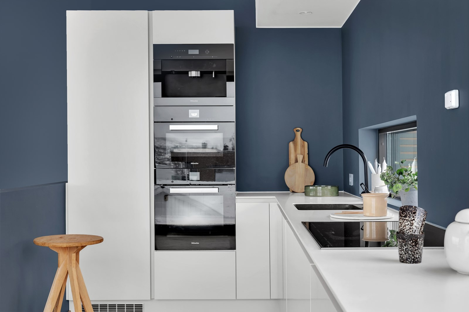Integrerte hvitevarer fra kvalitetsleverandøren Miele; stekeovn, dampovn og kaffemaskin i høyskap.