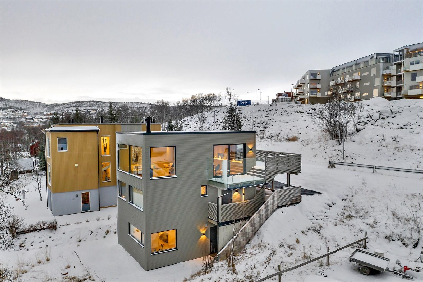 Boligen er over tre etasjer, og er innredet med 3-roms leilighet i underetasjen.