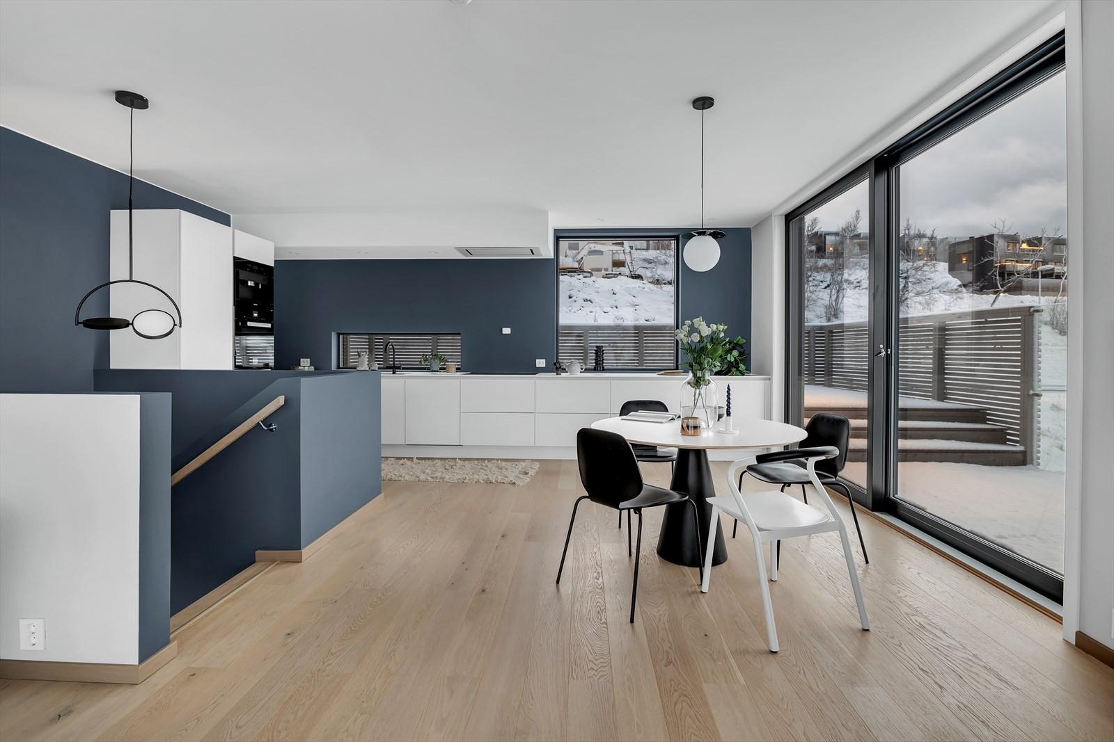 Plass til spisebord mellom stue og kjøkken.
