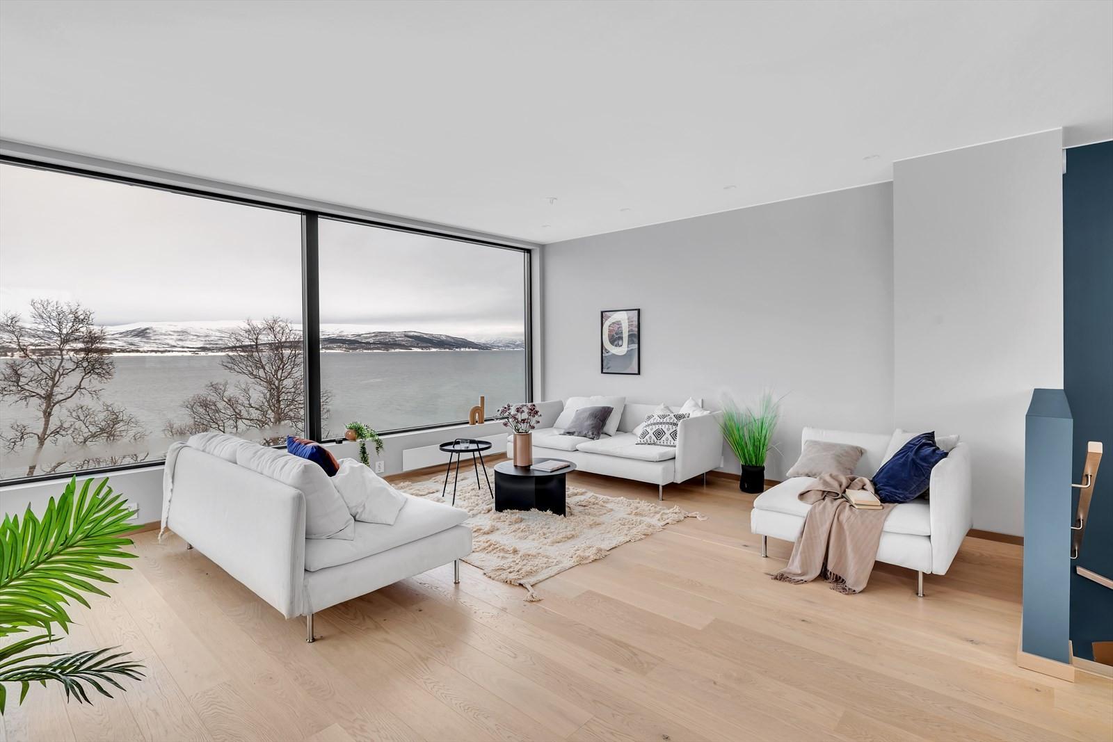 Stor stue med god plass og fantastisk utsikt.