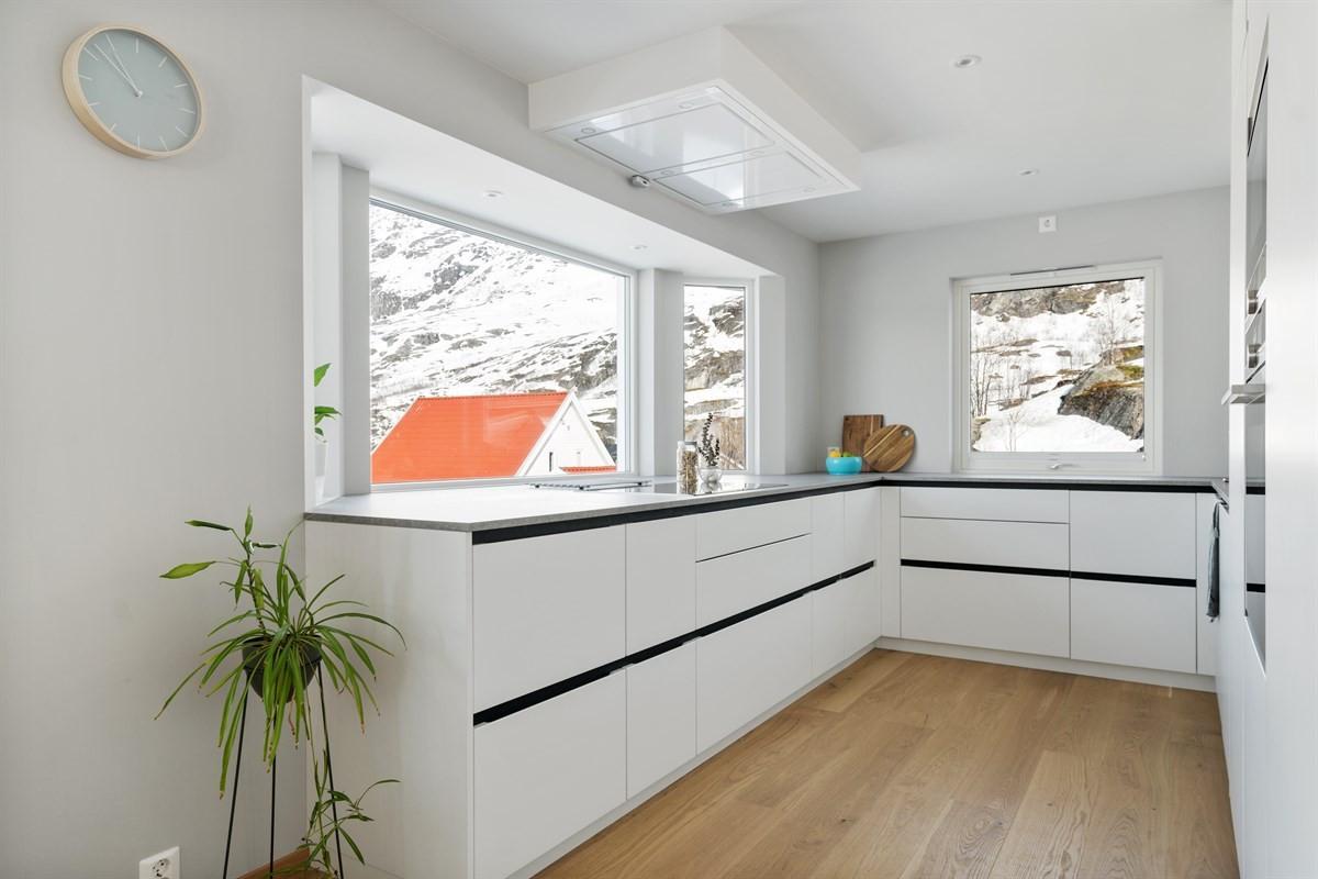Kjøkken med ekstra bred benkeplate frem mot vinduene i front