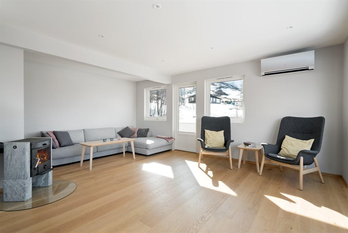 Det er varme i gulv i stue, kjøkken, samt loftsstue. Montert både luft/luft varmepumpe og vedovn til de ekstra kalde dagene