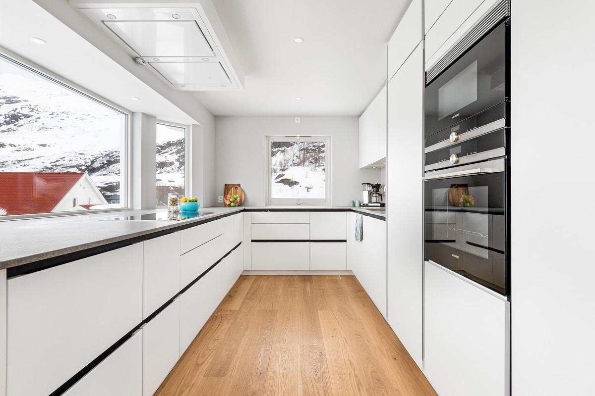 Moderne kjøkkeninnreding med glatte lyse fronter