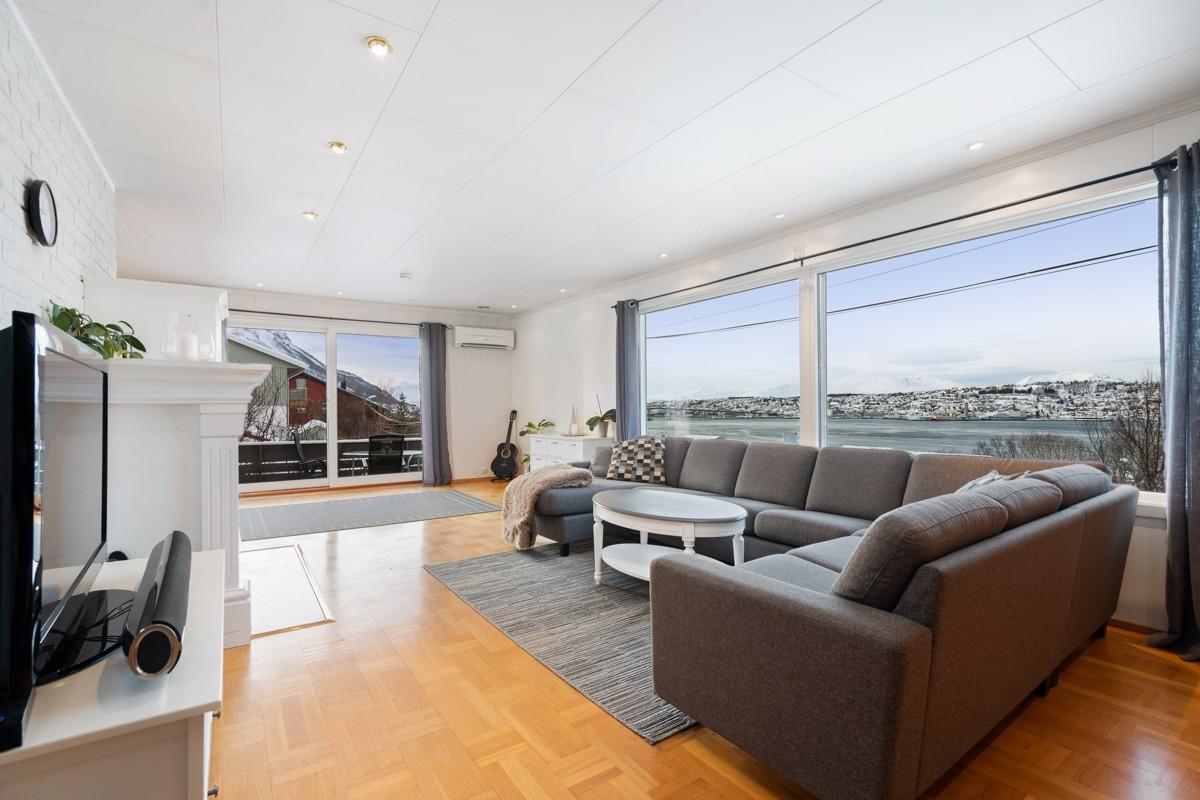 Stue med store vindusflater og utgang til sørvestvendt veranda