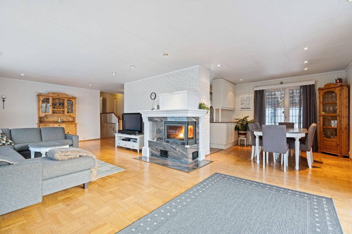 Stuen er romslig og gir plass til flere soner - Vedovn gir god varme på høst/vinter