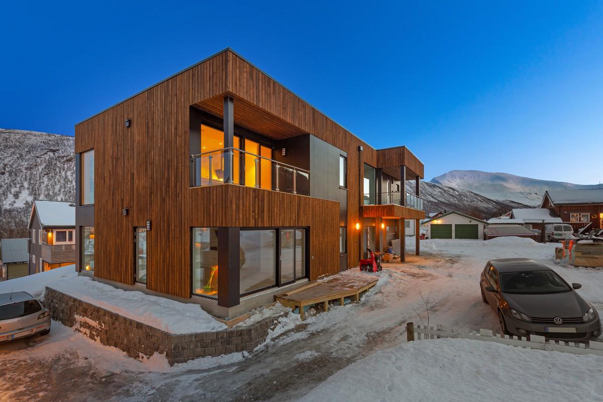 Leilighetsbygget er arkitekttegnet og fremstår med en moderne og tidsriktig arkitektur