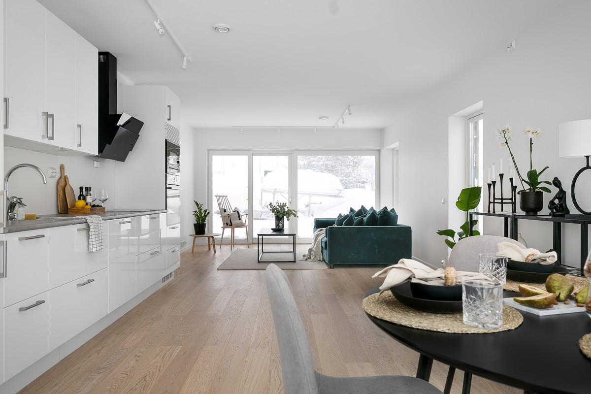 Romslig stue-/kjøkkenløsning med plass til både spisegruppe og sofagruppe