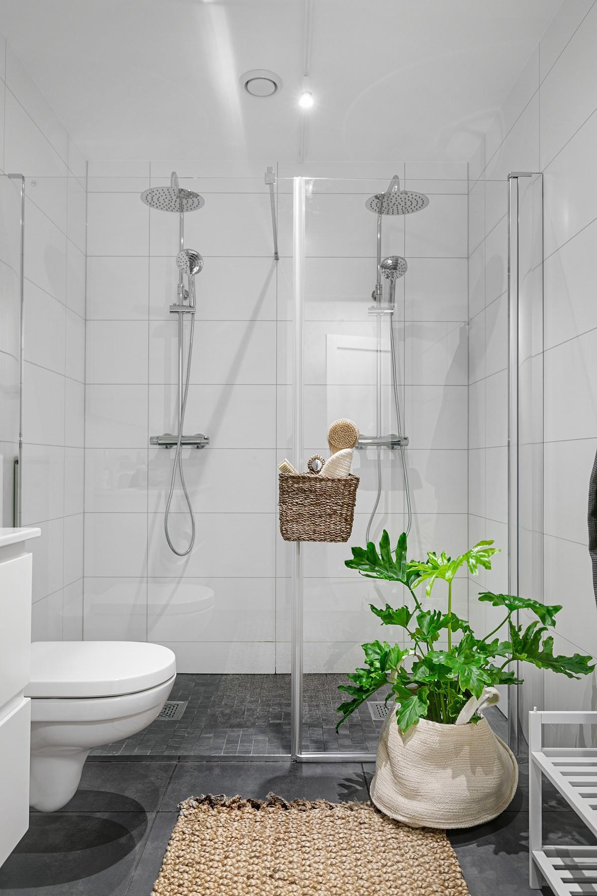 Lekker og stilrent innredet med dobbel dusj, vegghengt servant og gulvvarme
