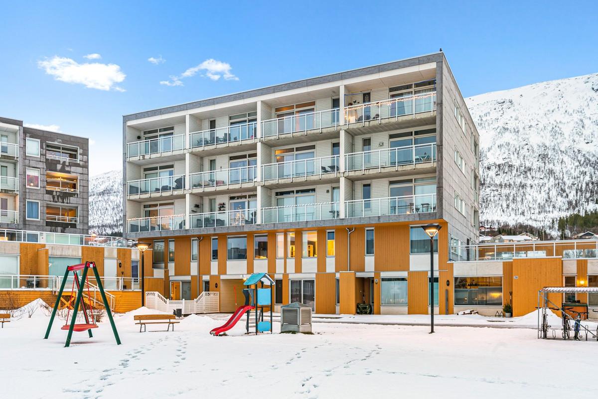 Fasade - Opparbeidet fellesareal med lekeplass