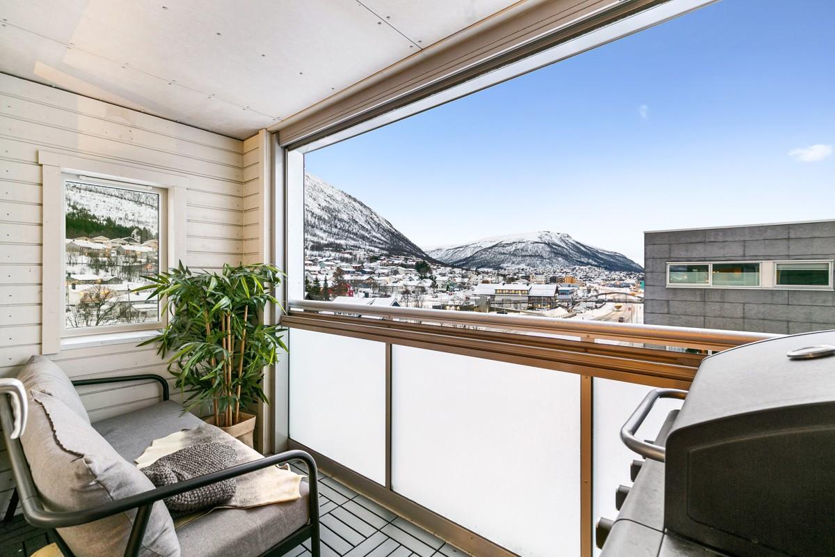 Terrasse med utgang fra stue - flotte sol og lysforhold, med god beskyttelse mot vær og vind