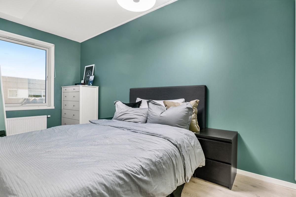 Hovedsoverom i forbindelse med stue - Rommet har praktisk løsning med doble dører
