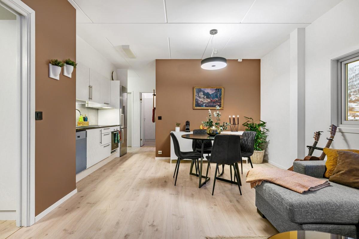 Det er god plass til både spise- og sittegruppe i stue-kjøkkenløsningen