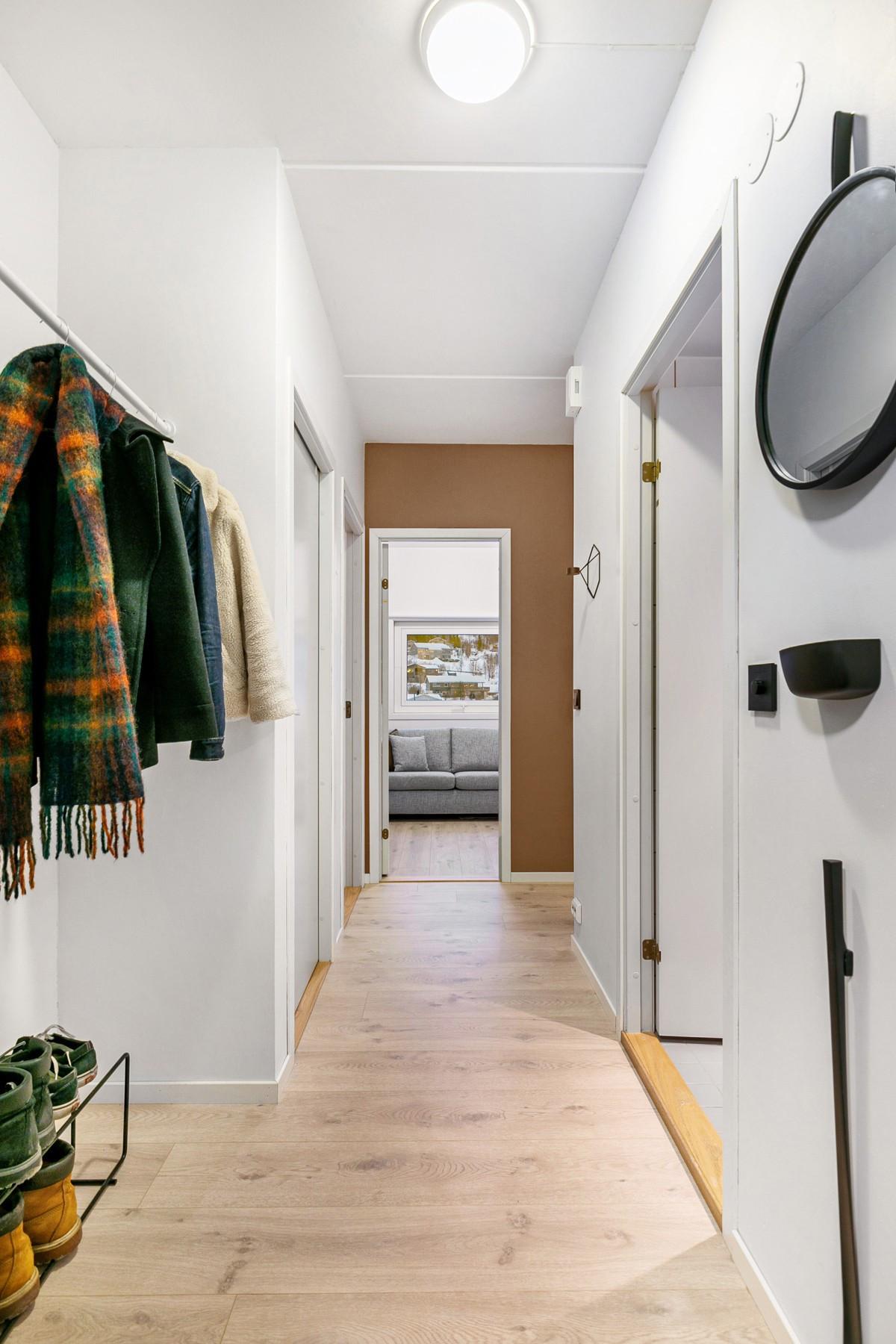 Entre er romslig og lys, med god plass til lagring av yttertøy