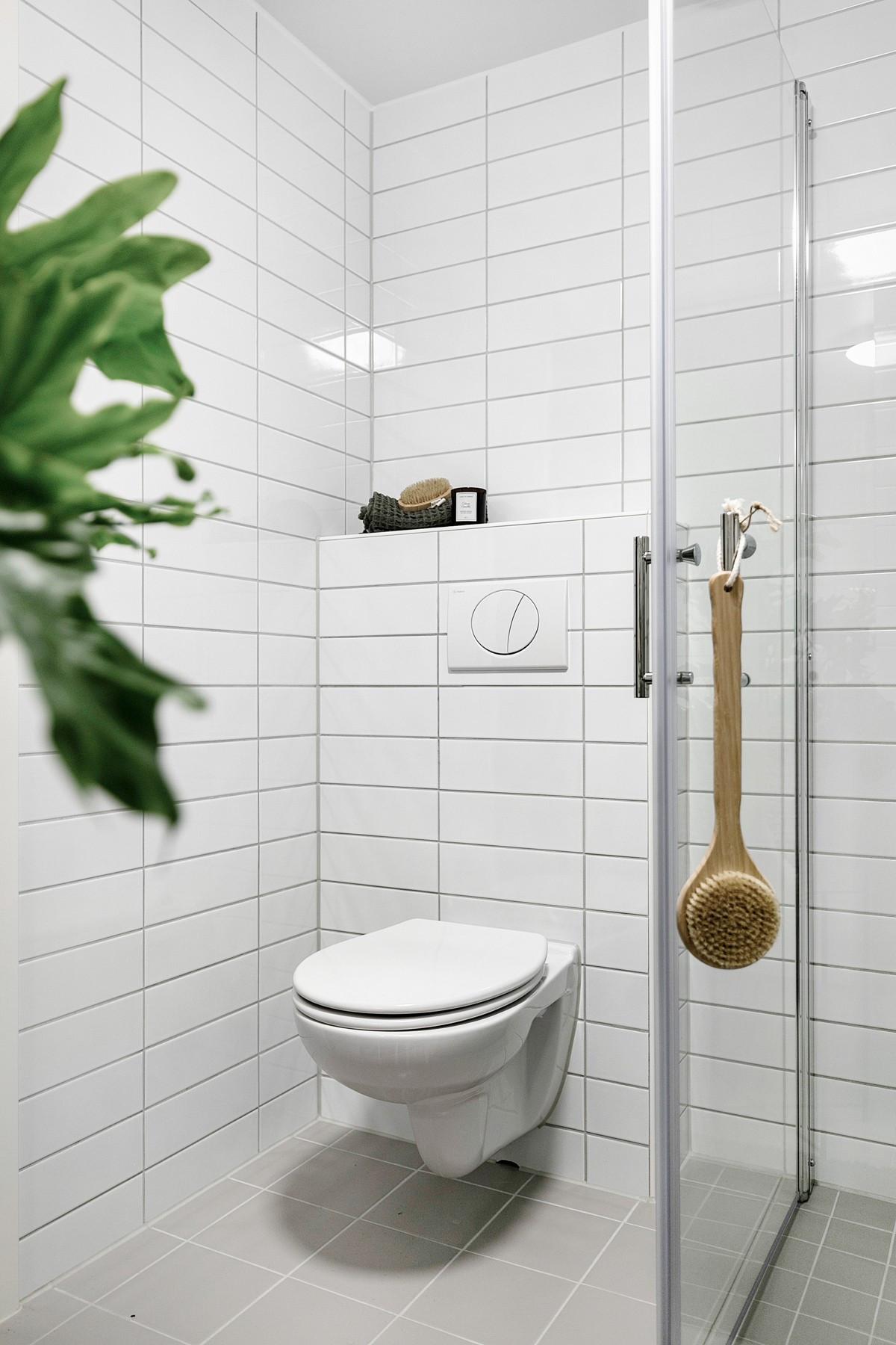 Vegghengt toalett, samt dusjhjørne