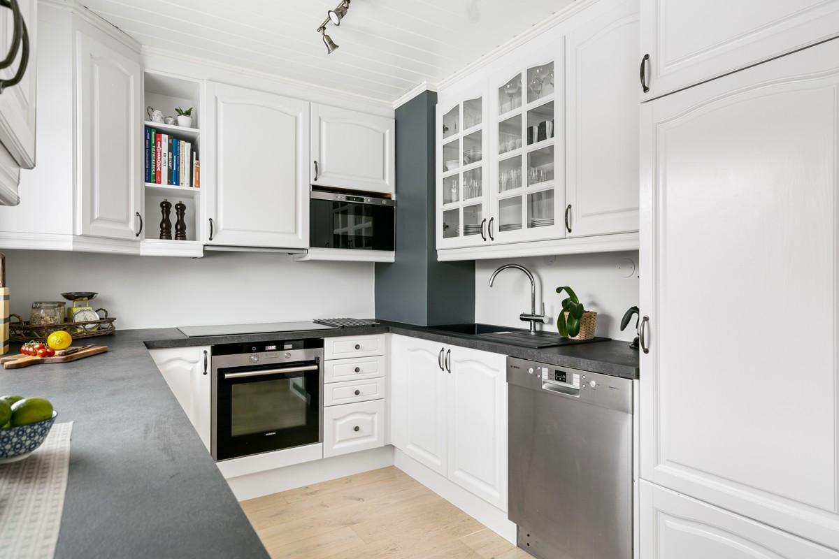 Kjøkkenet er modernisert og malt i 2016, med nye håndtak, ny laminat benkeplate og integrerte hvitevarer med induksjonstopp