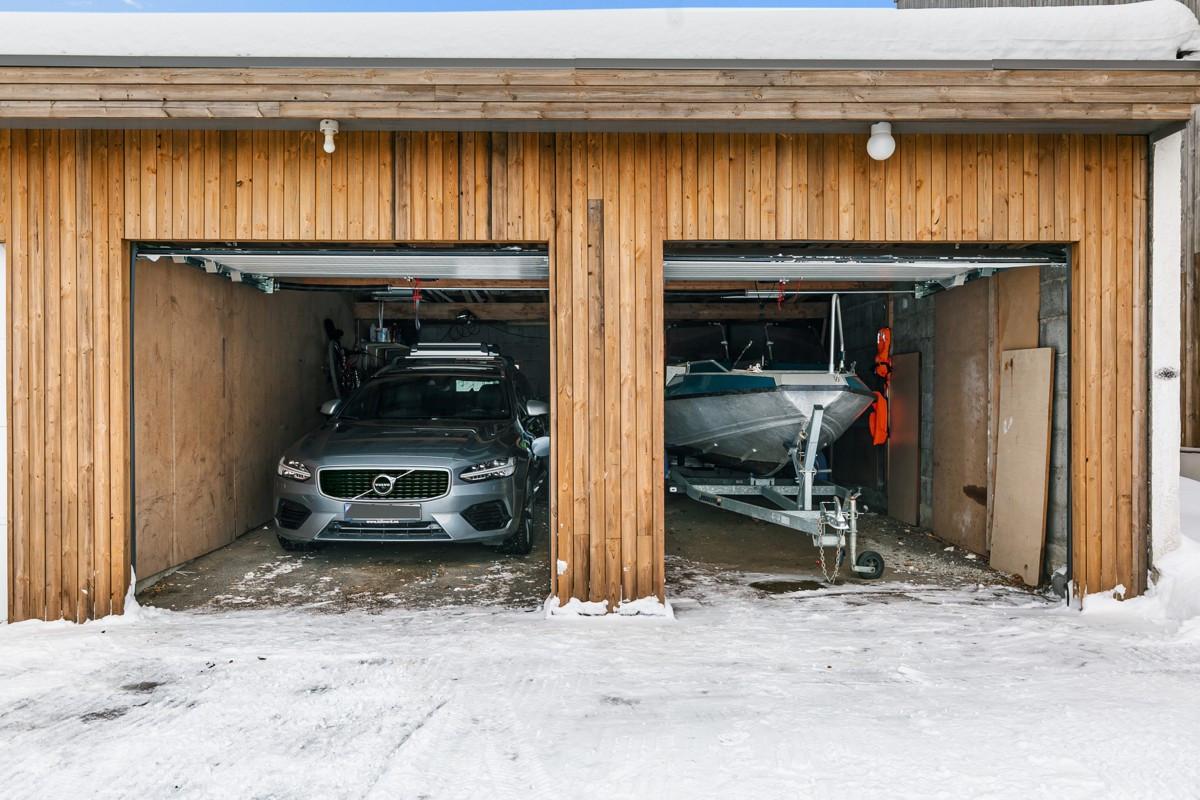 Dobbelgarasje med ny kledning og nye leddporter fra 2018. Garasje har egen kurs for for lading av hybrid/ EL-bil på stikkontakt. OBS: nabo disponerer parkeringsplass foran høyre port