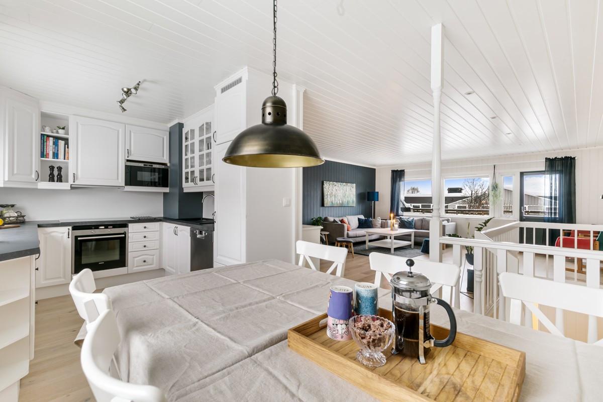 Det er god plass til spisebord i overgang mellom kjøkken og stue