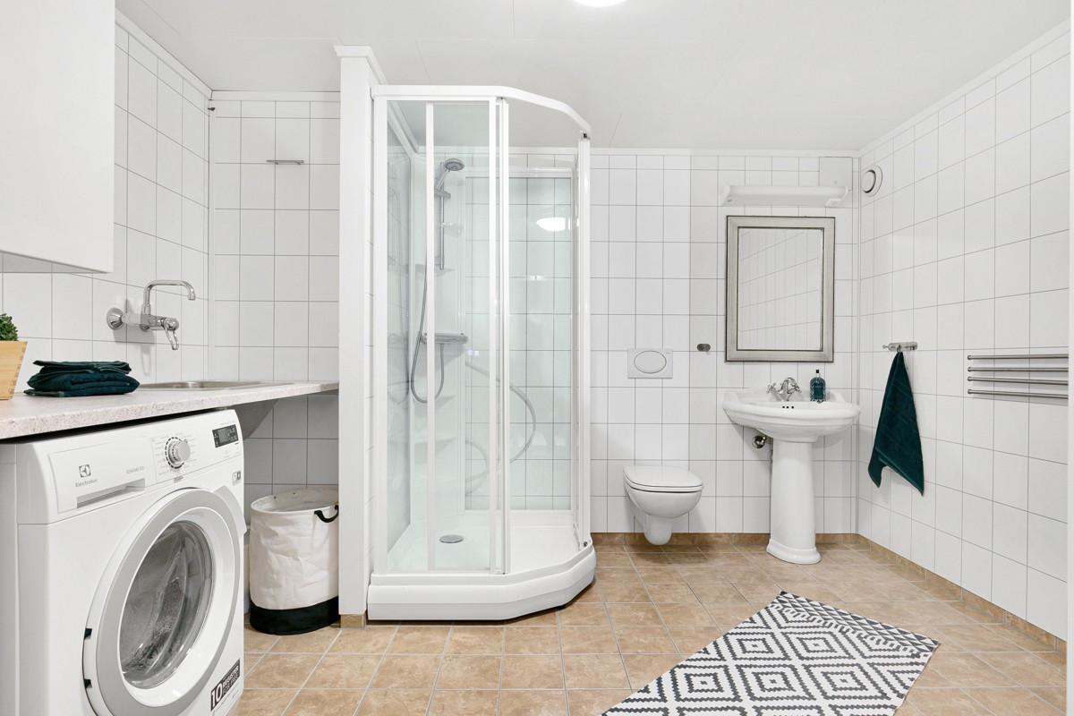 Bad ifb. med kjellerstue - Praktisk løsning med kombinert bad og vaskerom