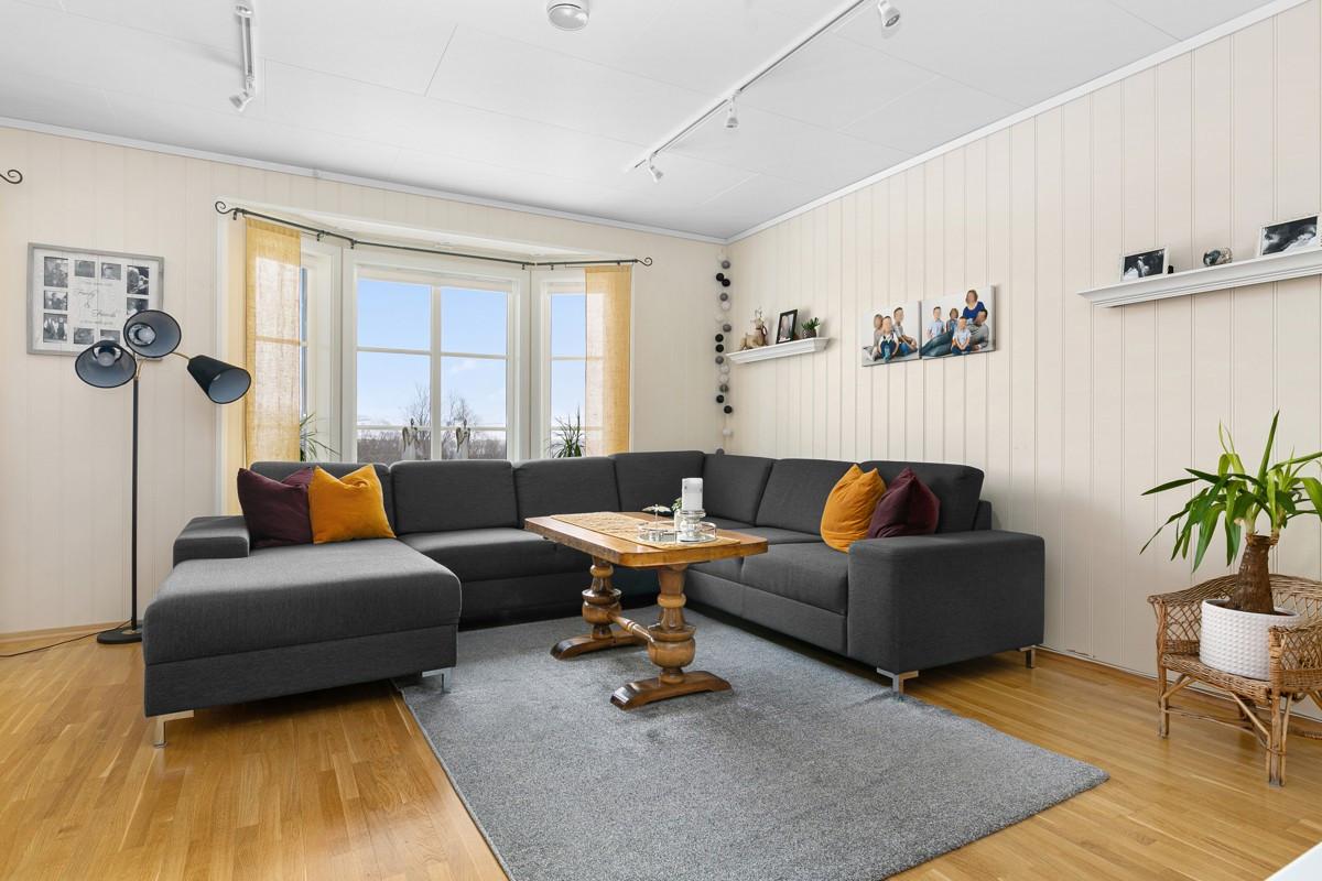 God plass til stor sofagruppe