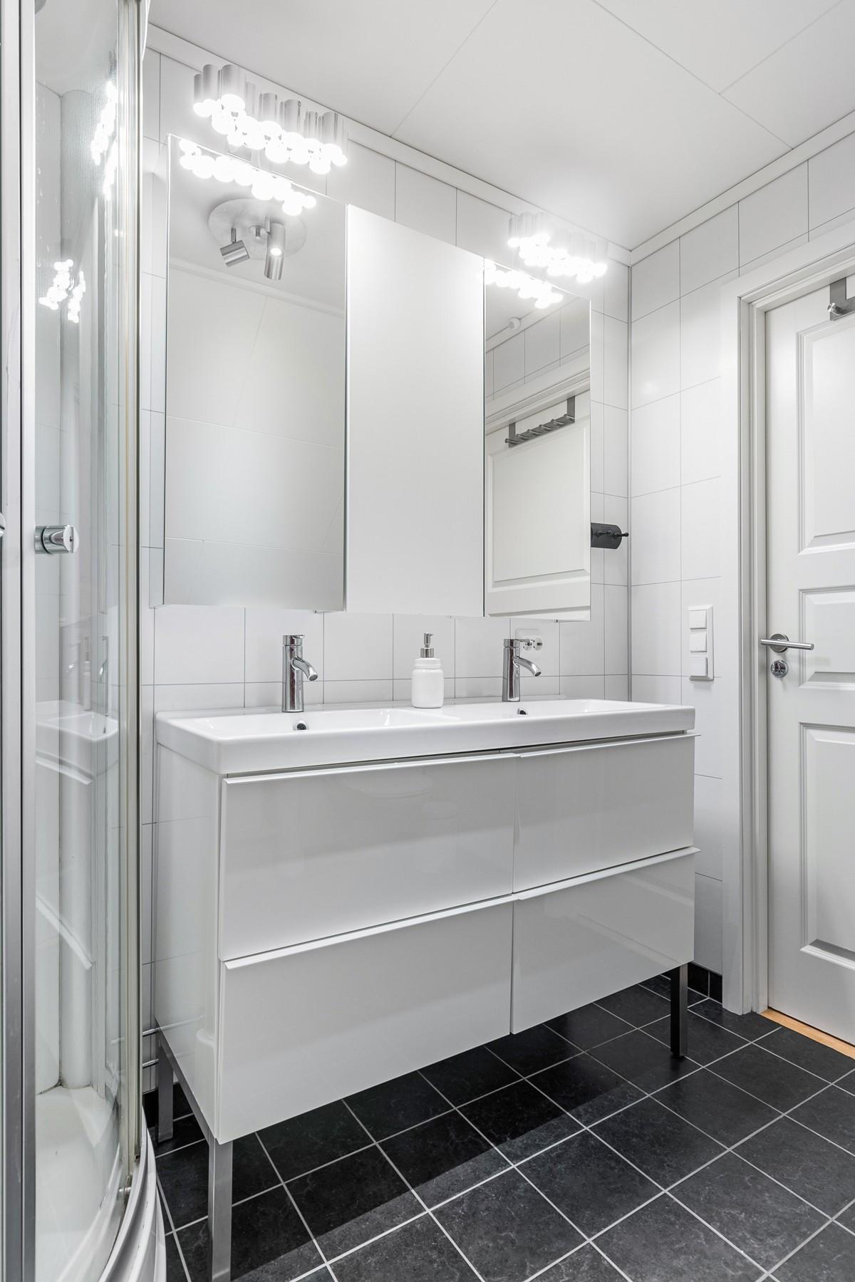 Moderne baderom med stor baderomsinnredning og dobbel servant (2. etasje)