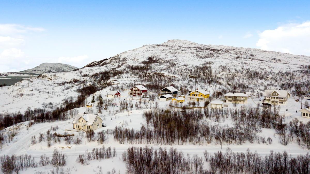 Huset ligger ved foten av Ørnfløya som er en meget populær topp for familier og mosjonister.
