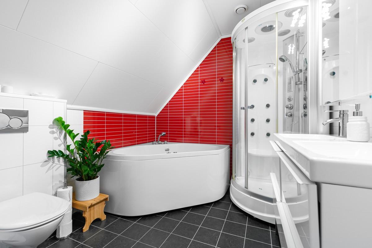 Vegghengt toalett, dusjkabinett og hjørnebadekar (2. etasje)