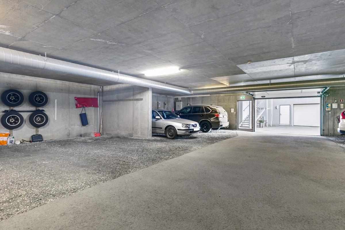 Det medfølger en fast parkeringsplass i felles garasjeanlegg
