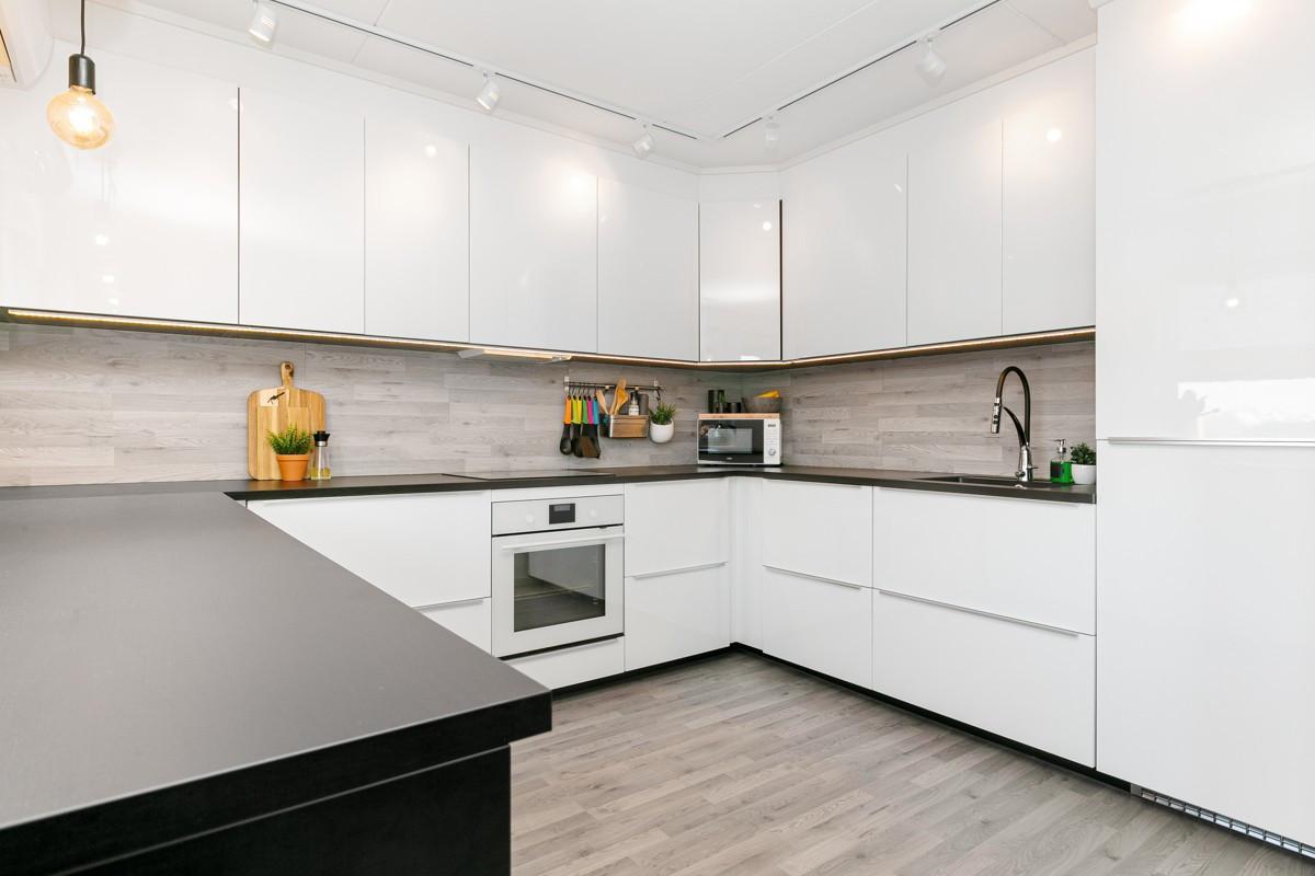 Stilfull og moderne kjøkkeninnredning med lyse glatte fronter