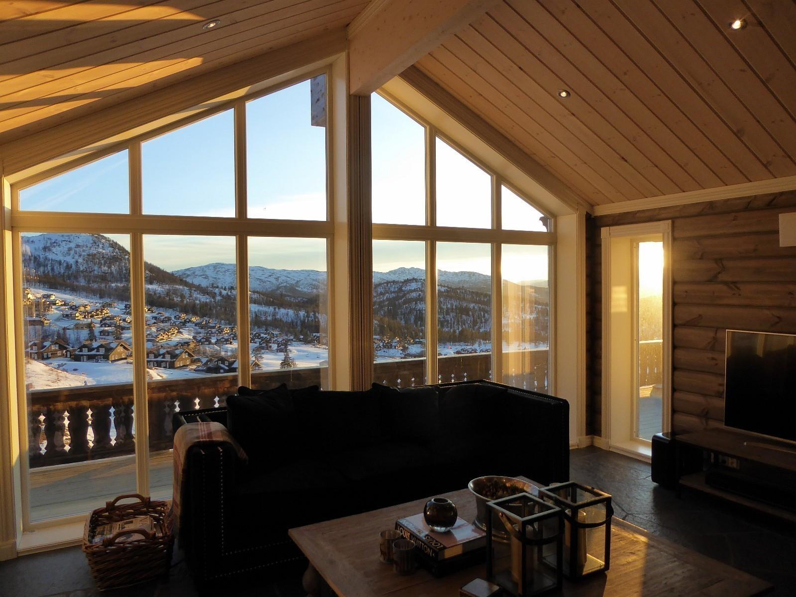 Fra en tilsvarende hytte.  Kundetilpasninger og tilvalg kan forekomme. Valg av sprosser/vinduer er valgfritt. På denne hytten er det valgt mindre sprosser, og store glassflater.