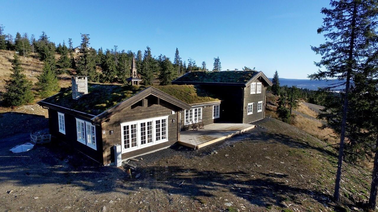 Fra en annen Kløvfjell hytte under oppføring.  Kundetilpasninger kan forekomme. Valg av sprosser/vinduer er valgfritt. På denne hytten er det valgt smårutete vinduer, med mye sprosser.