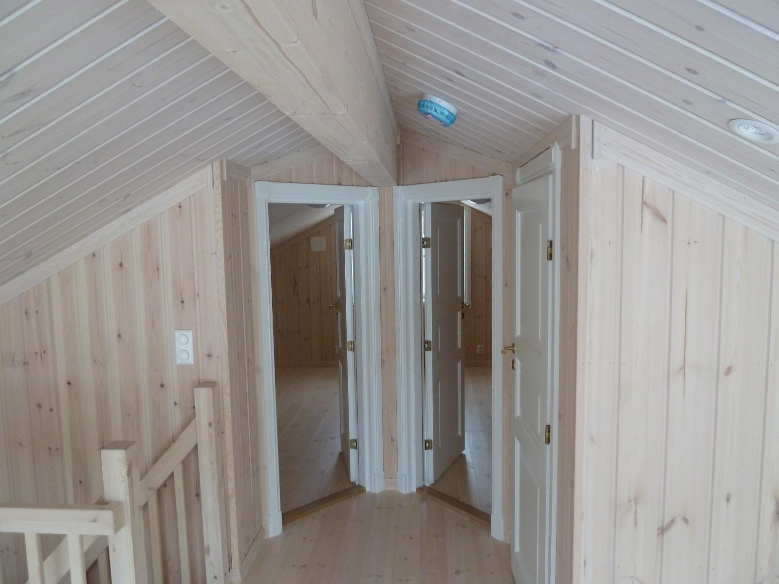 Det er muligheter for å heve hemsen med 30 cm, og bygge hele 6 soverom i denne hytten. Bildene kan vise noen tilvalg.