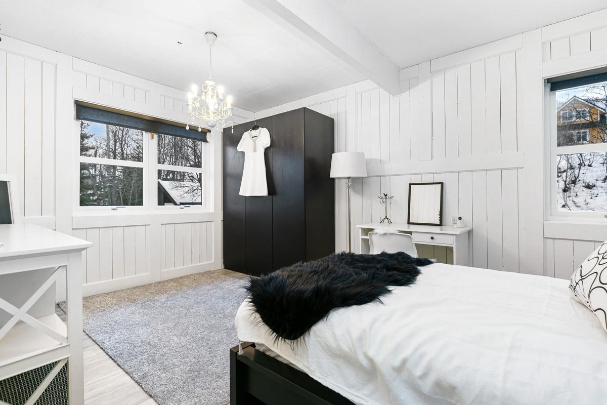 Soverom 2 er også av romslig størrelse med god plass til garderobeløsninger
