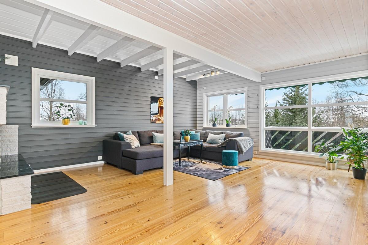 Stuen er av god størrelse med store vindusflater som gir rikelig med lysinnslipp