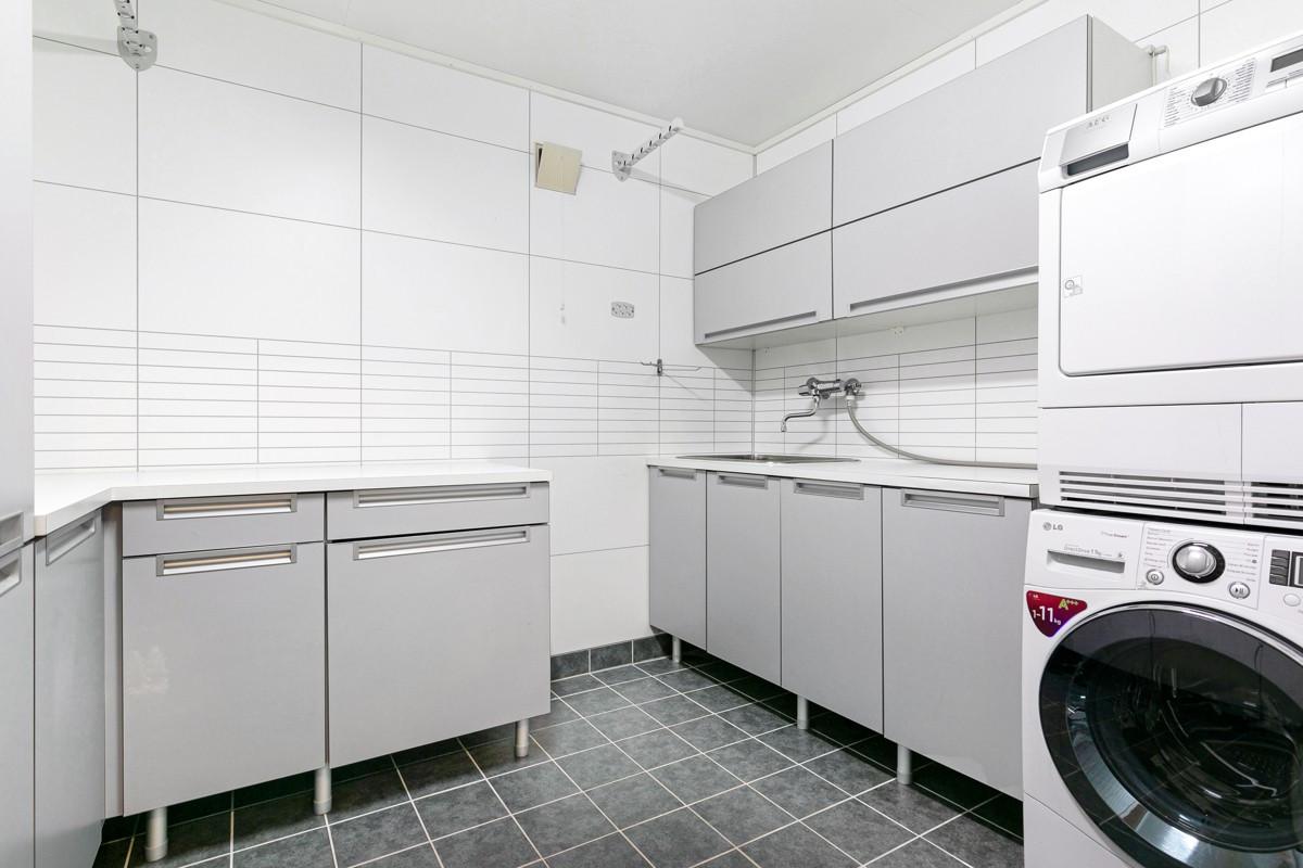 Rikelig med oppbevaringsplass i skap på vaskerom