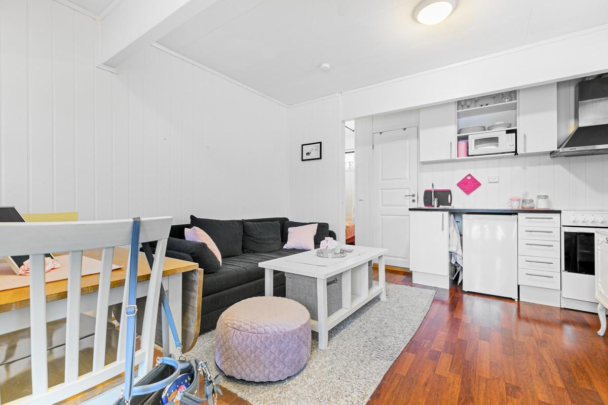 Innredet hybel i underetasje består av stue/kjøkken, bad og sovealkove. Denne er ikke søkt bruksgodkjent av Tromsø kommune