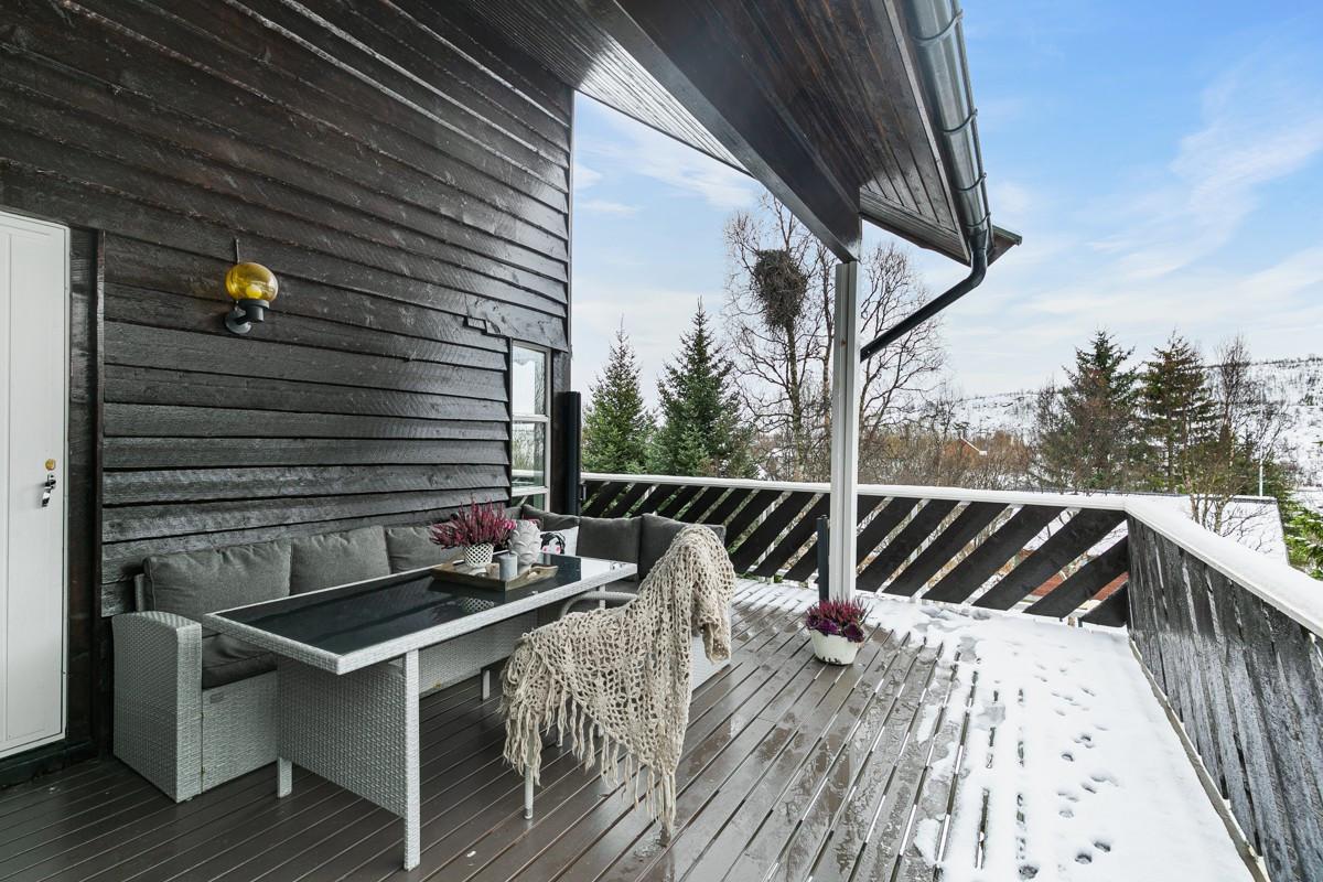 Fin uteplass på veranda med utgang fra stue