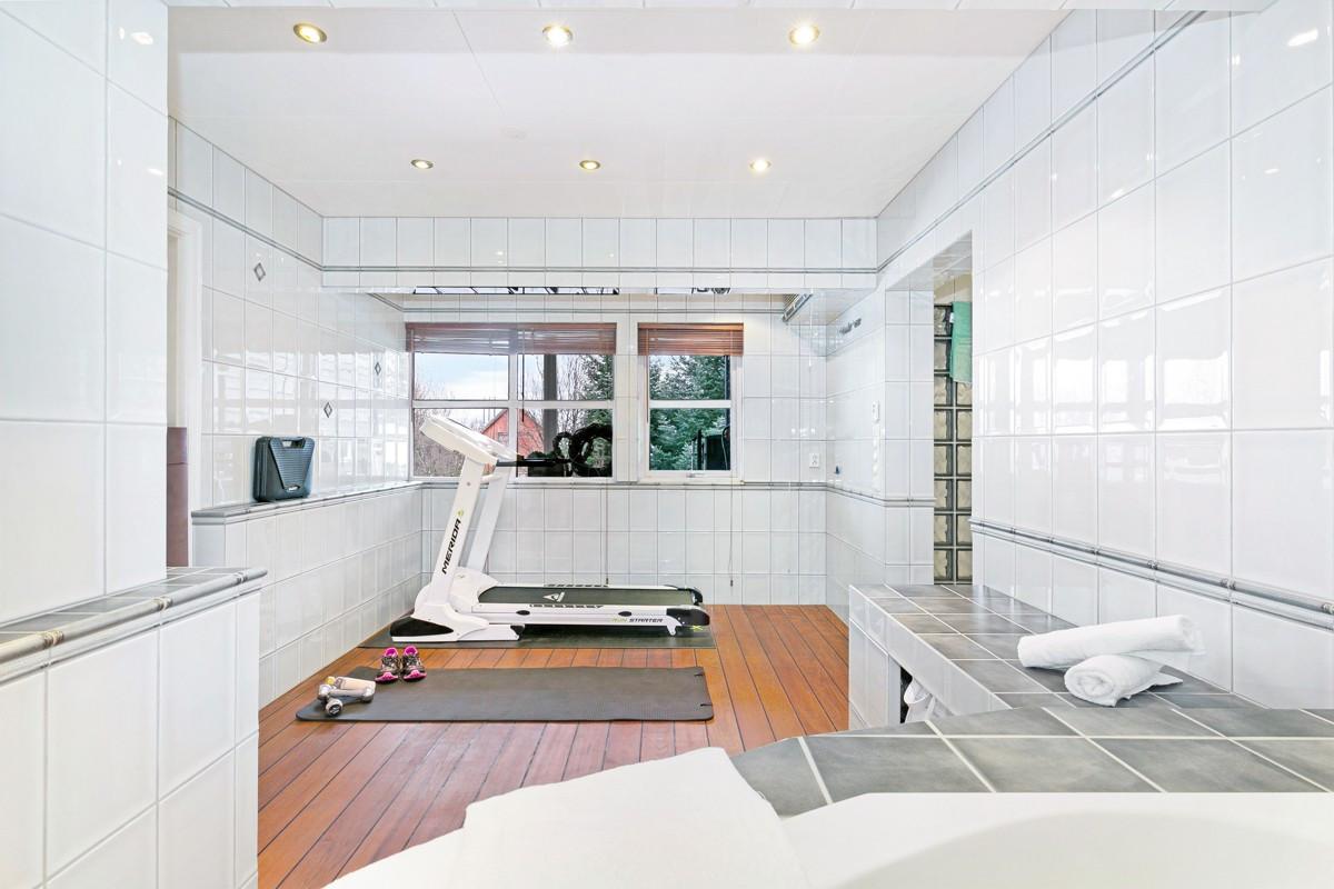 Her er det rom for å trene da baderommet er av god størrelse