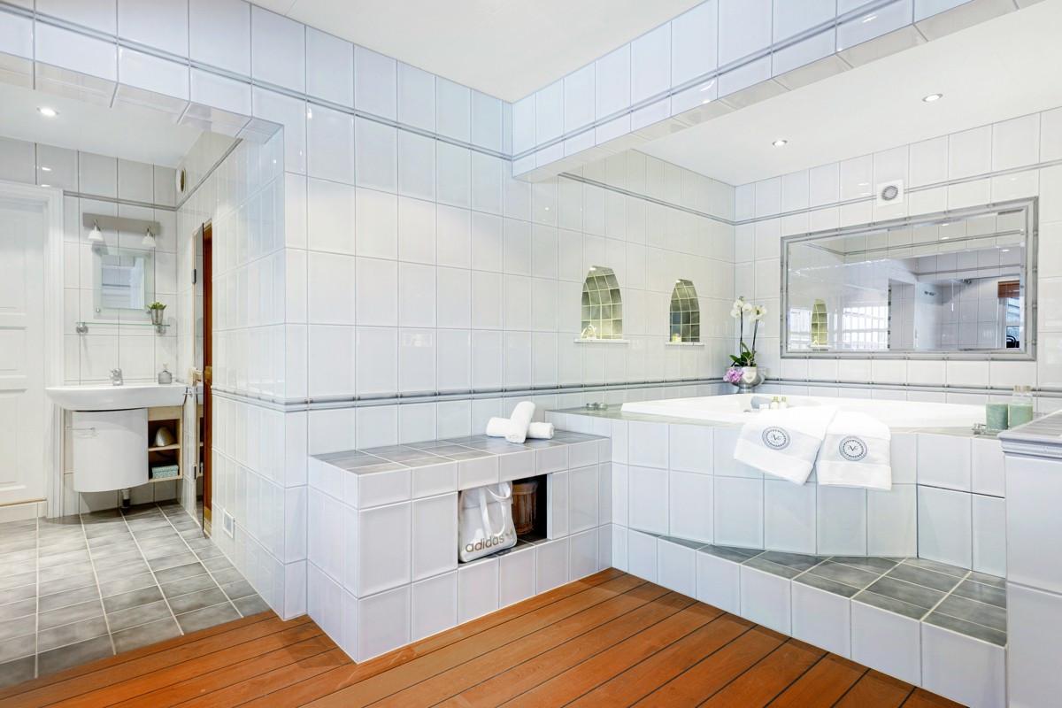 Stort baderom med hjørnebadekar og spafølelse