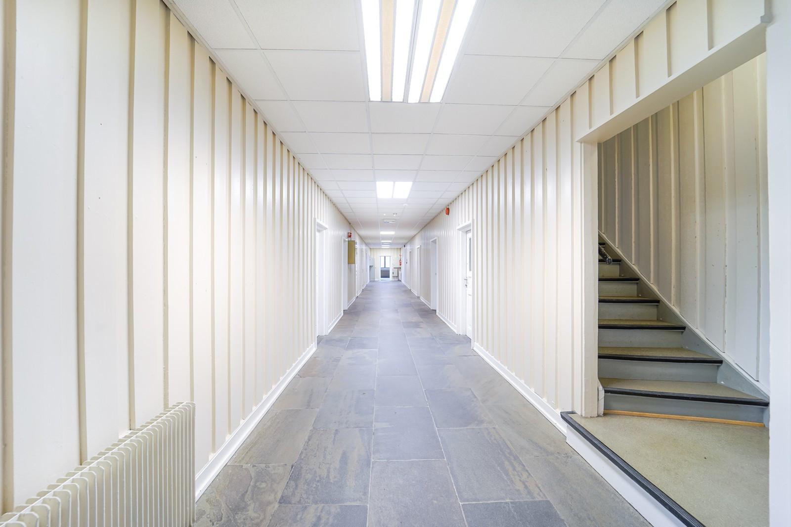 Kontorene ligger på begge sider av gangen