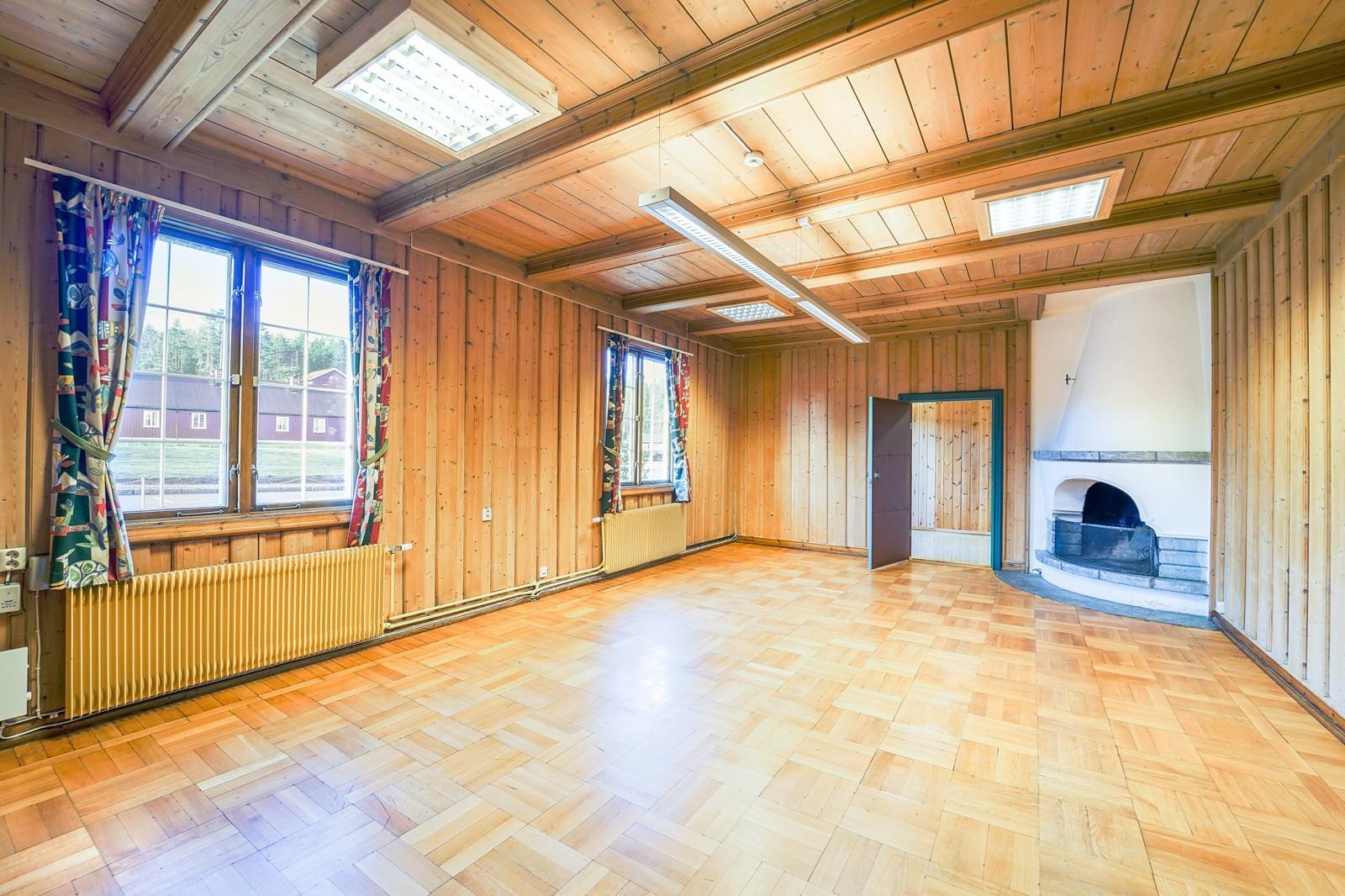 I et av kontorene er det en peis, rommet kan brukes som møterom m.m.