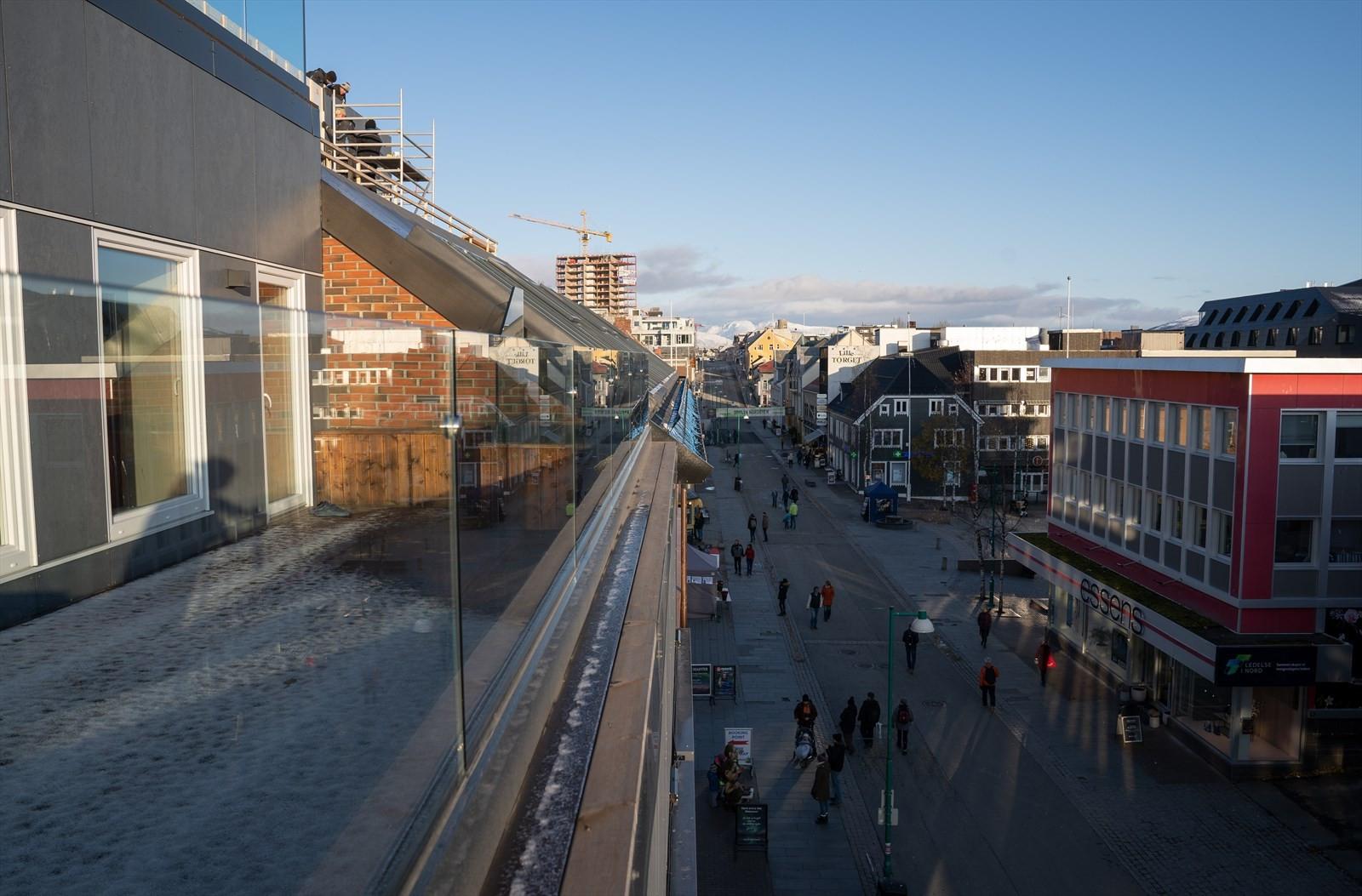 Stor solrik veranda ned mot Storgata og Stortorget