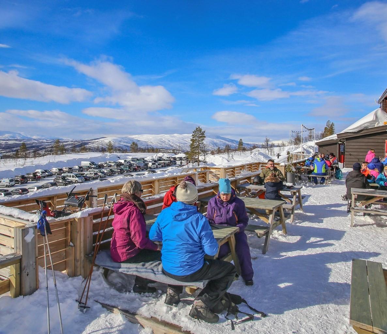 Kafeen i Målselv Fjellandsby er åpen store deler av vintersesongen.