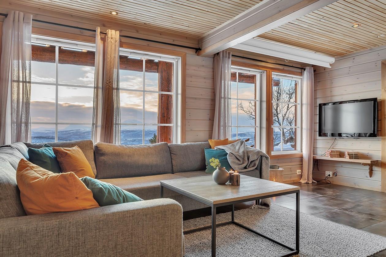 Romslig stue med nydelig utsikt!