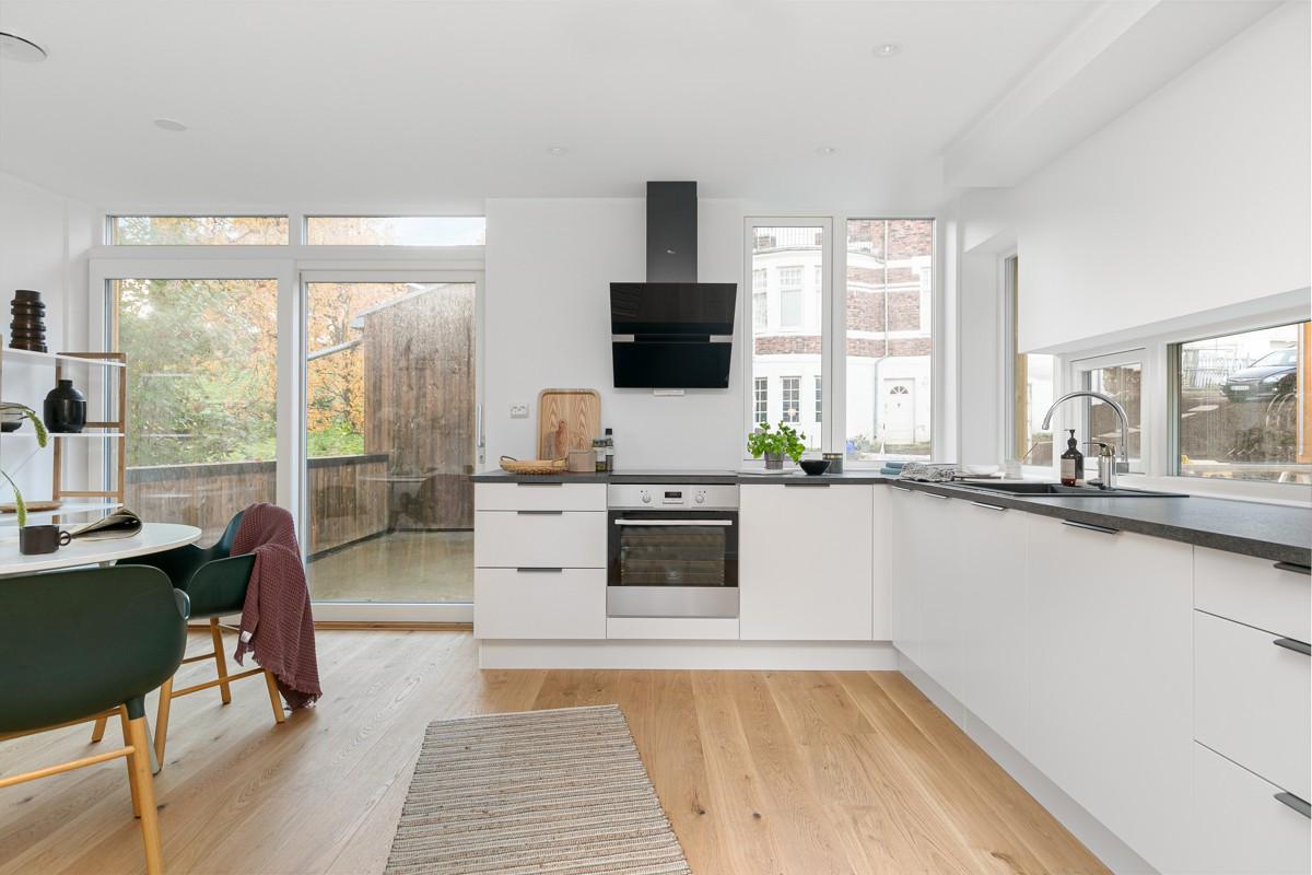 Kjøkkenet er levert av HTH med slette hvitefronter og integrerte hvitevarer.